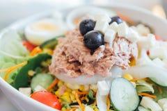 Σαλάτα τόνου σε ένα κύπελλο με το μαρούλι, τα αυγά, το καλαμπόκι, τις μαύρες ελιές, και τις ντομάτες Στοκ εικόνες με δικαίωμα ελεύθερης χρήσης