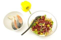 Σαλάτα φασολιών, κίτρινο πιπέρι χοντρών κομματιών ANS σολομών στοκ εικόνες