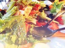 Σαλάτα Φρέσκια σαλάτα θερινού μαρουλιού Υγιής μεσογειακή σαλάτα στον ξύλινο πίνακα Χορτοφάγα τρόφιμα Στοκ Εικόνες