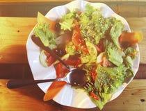 Σαλάτα Φρέσκια σαλάτα θερινού μαρουλιού Υγιής μεσογειακή σαλάτα στον ξύλινο πίνακα Χορτοφάγα τρόφιμα Στοκ φωτογραφίες με δικαίωμα ελεύθερης χρήσης