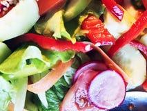 Σαλάτα Φρέσκια σαλάτα θερινού μαρουλιού Υγιής μεσογειακή σαλάτα στον ξύλινο πίνακα Χορτοφάγα τρόφιμα Στοκ εικόνα με δικαίωμα ελεύθερης χρήσης
