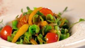 Σαλάτα φρέσκων λαχανικών με τις ντομάτες φιλμ μικρού μήκους