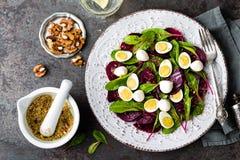 Σαλάτα φρέσκων λαχανικών με το βρασμένο τεύτλο, τα φύλλα τεύτλων, τα ξύλα καρυδιάς και τα αυγά ορτυκιών Στοκ φωτογραφία με δικαίωμα ελεύθερης χρήσης