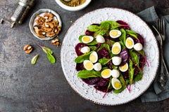 Σαλάτα φρέσκων λαχανικών με το βρασμένο τεύτλο, τα φύλλα τεύτλων, τα ξύλα καρυδιάς και τα αυγά ορτυκιών Στοκ εικόνα με δικαίωμα ελεύθερης χρήσης