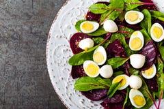 Σαλάτα φρέσκων λαχανικών με το βρασμένο τεύτλο, τα φύλλα τεύτλων, τα ξύλα καρυδιάς και τα αυγά ορτυκιών Στοκ Φωτογραφίες