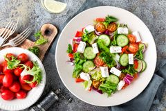Σαλάτα φρέσκων λαχανικών με το τυρί φέτας, το φρέσκο μαρούλι, τις ντομάτες κερασιών, το κόκκινα κρεμμύδι και το πιπέρι Στοκ Εικόνα