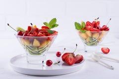 Σαλάτα φρούτων των φραουλών, των ακτινίδιων και των βερίκοκων Φρέσκος και νόστιμος Στοκ φωτογραφία με δικαίωμα ελεύθερης χρήσης