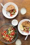 Σαλάτα, φρυγανιά και σπιτική λεμονάδα υγιής χορτοφάγος τροφίμων Στοκ φωτογραφία με δικαίωμα ελεύθερης χρήσης
