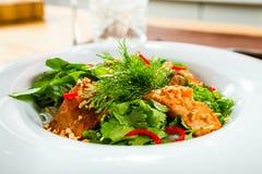 Σαλάτα ψαριών που ντύνεται με τη σάλτσα στοκ εικόνες