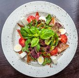 Σαλάτα ψαριών - ψημένα στη σχάρα πέρκες θάλασσας και λαχανικά Στοκ Εικόνες