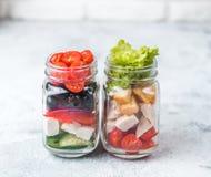 Σαλάτα Caesar και ελληνική σαλάτα στο βάζο κτιστών γυαλιού Στοκ φωτογραφία με δικαίωμα ελεύθερης χρήσης