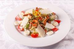 Σαλάτα Caesar με τα αυγά ορτυκιών, τις ντομάτες κερασιών, το τυρί παρμεζάνας και τις ψημένες στη σχάρα γαρίδες στο άσπρο πιάτο στ στοκ φωτογραφίες με δικαίωμα ελεύθερης χρήσης