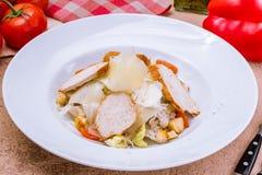 Σαλάτα caesar με το κοτόπουλο Στοκ Εικόνες