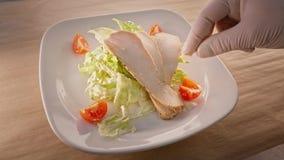 Σαλάτα Caesar με το τεμαχισμένο στήθος κοτόπουλου απόθεμα βίντεο