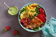 Σαλάτα Cobb κοτόπουλου Αβοκάντο μπέϊκον κοτόπουλου και σαλάτα γλυκού καλαμποκιού στοκ φωτογραφίες