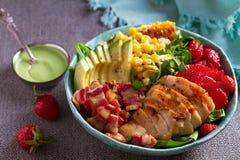 Σαλάτα Cobb κοτόπουλου Αβοκάντο μπέϊκον κοτόπουλου και σαλάτα γλυκού καλαμποκιού στοκ φωτογραφία με δικαίωμα ελεύθερης χρήσης