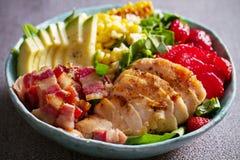 Σαλάτα Cobb κοτόπουλου Φράουλα αβοκάντο μπέϊκον κοτόπουλου και σαλάτα γλυκού καλαμποκιού - υγιή τρόφιμα στοκ φωτογραφίες με δικαίωμα ελεύθερης χρήσης