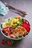 Σαλάτα Cobb κοτόπουλου Φράουλα αβοκάντο μπέϊκον κοτόπουλου και σαλάτα γλυκού καλαμποκιού - υγιή τρόφιμα στοκ φωτογραφία με δικαίωμα ελεύθερης χρήσης
