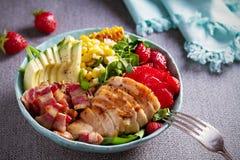 Σαλάτα Cobb κοτόπουλου Φράουλα αβοκάντο μπέϊκον κοτόπουλου και σαλάτα γλυκού καλαμποκιού - υγιή τρόφιμα στοκ εικόνα με δικαίωμα ελεύθερης χρήσης