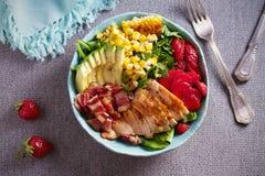 Σαλάτα Cobb κοτόπουλου Φράουλα αβοκάντο μπέϊκον κοτόπουλου και σαλάτα γλυκού καλαμποκιού - υγιή τρόφιμα στοκ εικόνα