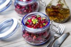 Σαλάτα Vinaigrette με το φυτικό έλαιο ελιών σε ένα βάζο στοκ φωτογραφία με δικαίωμα ελεύθερης χρήσης