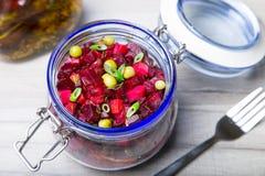 Σαλάτα Vinaigrette με το φυτικό έλαιο ελιών σε ένα βάζο στοκ εικόνες με δικαίωμα ελεύθερης χρήσης