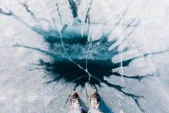 Σαλάχια και μπλε επιφάνεια λιμνών νεράιδων παγωμένη πάγος στοκ εικόνες με δικαίωμα ελεύθερης χρήσης