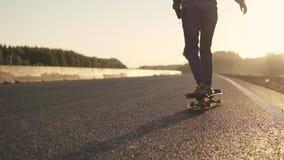 Σαλάχια κοριτσιών skateboard σε μια εγκαταλειμμένη εθνική οδό στο ηλιοβασίλεμα το μαύρο κορίτσι καρφώνει τη νεολαία υποομάδων υπο απόθεμα βίντεο