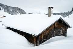 Σαλέ που καλύπτεται με το χιόνι Στοκ εικόνες με δικαίωμα ελεύθερης χρήσης