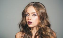 Σαλόνι και κομμωτής ομορφιάς κορίτσι μόδας με τη γοητεία makeup Καλλυντικά Makeup και skincare γυναίκα πορτρέτου μόδας στοκ φωτογραφία με δικαίωμα ελεύθερης χρήσης