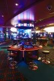 Σαλόνι χαρτοπαικτικών λεσχών με τα μηχανήματα τυχερών παιχνιδιών με κέρματα Στοκ εικόνα με δικαίωμα ελεύθερης χρήσης