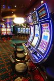 Σαλόνι χαρτοπαικτικών λεσχών με τα μηχανήματα τυχερών παιχνιδιών με κέρματα Στοκ Φωτογραφίες