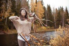 Σαμάνος γυναικών στη λίμνη φθινοπώρου Στοκ Φωτογραφία