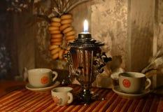 Σαμοβάρι και φλυτζάνια στον ξύλινο πίνακα στοκ εικόνα με δικαίωμα ελεύθερης χρήσης