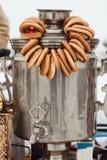 Σαμοβάρι με bagels στοκ φωτογραφίες