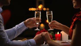 Σαμπάνια κατανάλωσης ζεύγους στο εστιατόριο, ρομαντική ημερομηνία την ημέρα βαλεντίνων του ST φιλμ μικρού μήκους