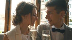 Σαμπάνια κατανάλωσης Newlyweds στον καφέ απόθεμα βίντεο