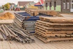 Σανίδες, υλικά σκαλωσιάς και παλέτες στο εργοτάξιο οικοδομής Στοκ φωτογραφία με δικαίωμα ελεύθερης χρήσης