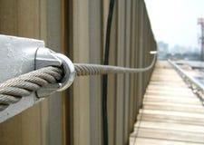 Σανίδα σωτηρίας σφεντονών σχοινιών χαλύβδινων συρμάτων στη στέγη εργοστασίων στοκ φωτογραφία