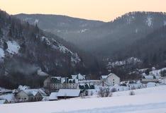Σανατόριο σε Danilovka μεταξύ των βουνών στοκ εικόνες