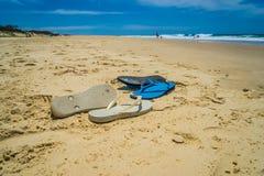 Σανδάλια Beached ή πτώσεις κτυπήματος στοκ εικόνα με δικαίωμα ελεύθερης χρήσης