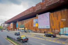 ΣΑΝΤΙΑΓΟ, ΧΙΛΗ - 16 ΟΚΤΩΒΡΊΟΥ 2018: Υπαίθρια άποψη της οικοδόμησης του μεταλλικού κτηρίου στην τιμή στη Gabriela Mistral μέσα στοκ φωτογραφίες με δικαίωμα ελεύθερης χρήσης