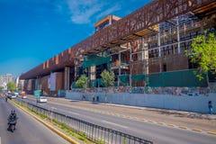 ΣΑΝΤΙΑΓΟ, ΧΙΛΗ - 16 ΟΚΤΩΒΡΊΟΥ 2018: Υπαίθρια άποψη της οικοδόμησης του μεταλλικού κτηρίου στην τιμή στη Gabriela Mistral μέσα στοκ εικόνες