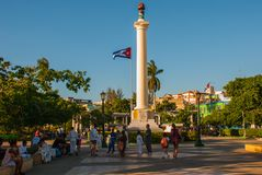 ΣΑΝΤΙΑΓΟ DE ΚΟΎΒΑ, ΚΟΎΒΑ: Στήλη της ελευθερίας Plaza de Marte στην πλατεία Η σημαία της Κούβας αναπτύσσεται στο υπόβαθρο του ουρα Στοκ εικόνα με δικαίωμα ελεύθερης χρήσης