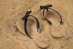 Σανδάλια στην άμμο Στοκ εικόνες με δικαίωμα ελεύθερης χρήσης