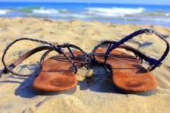 Σανδάλια στην παραλία Στοκ εικόνες με δικαίωμα ελεύθερης χρήσης