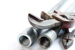 Σαν αλλιγάτορας γαλλικό κλειδί σωλήνων, πένσες και σωλήνες χάλυβα στο άσπρο backgroun Στοκ Φωτογραφία