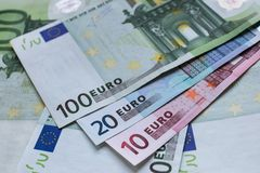 σαν ευρώ τραπεζογραμματίων ανασκόπησης ευρο- ευρώ πέντε εστίαση εκατό τραπεζών σχοινί σημειώσεων χρημάτων Στοκ Φωτογραφίες