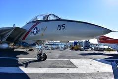 Σαν Ντιέγκο, Καλιφόρνια - ΗΠΑ - 04.2016 Δεκεμβρίου - αεροσκάφη 105 στο ευρισκόμενο στη μέση του δρόμου μουσείο USS Στοκ φωτογραφίες με δικαίωμα ελεύθερης χρήσης