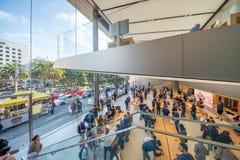 ΣΑΝ ΦΡΑΝΣΊΣΚΟ - 6 ΑΥΓΟΎΣΤΟΥ 2017: Εσωτερικό της Apple Store το στενό γκρι κερασιών πεταλούδων ανθών άνθισης ανασκόπησης έχει το δ Στοκ φωτογραφίες με δικαίωμα ελεύθερης χρήσης